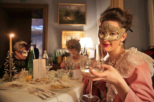 Elegantes maskerade-dinner
