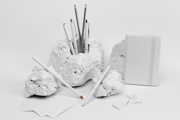 Elegantes minimalistisches weißes steinstück mit briefpapier