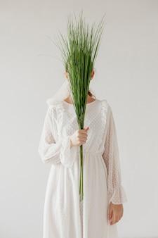 Elegantes modell mit frischen pflanzen
