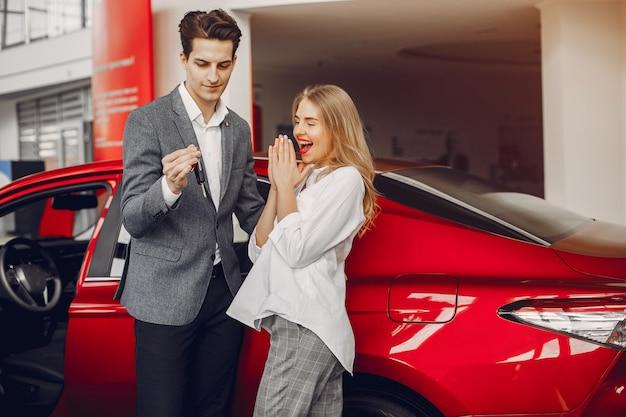 Elegantes paar in einem autosalon