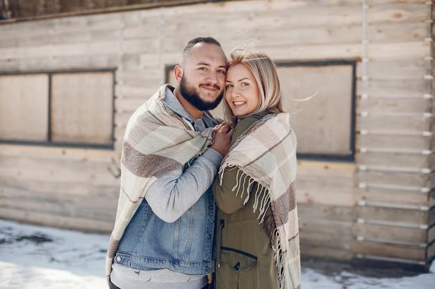 Elegantes paar in einem winterpark