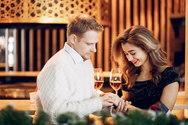 Elegantes paar verbringen zeit in einem restaurant