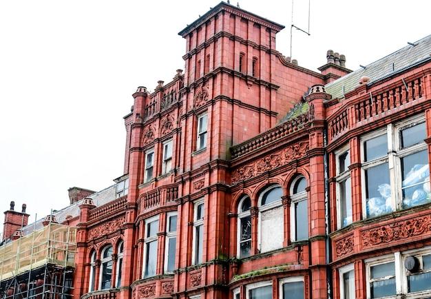 Elegantes rotes altes backsteingebäude in einer alten stadt