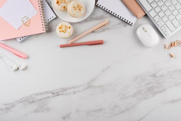 Elegantes schreibtischsortiment mit macarons