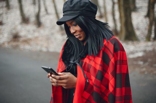 Elegantes schwarzes mädchen in einem winterpark