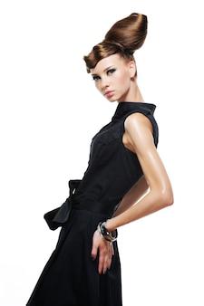 Elegantes stilvolles glamourmädchen im schwarzen modekleid lokalisiert auf weiß