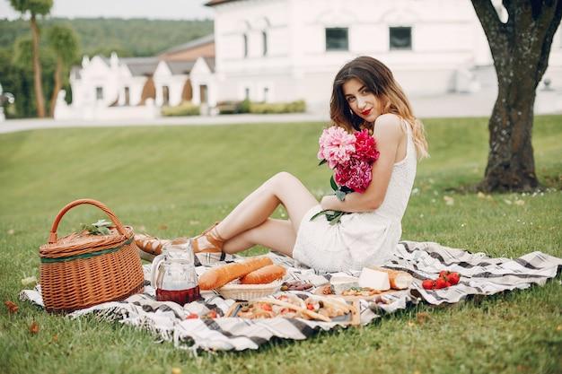 Elegantes und stilvolles mädchen in einem sommergarten
