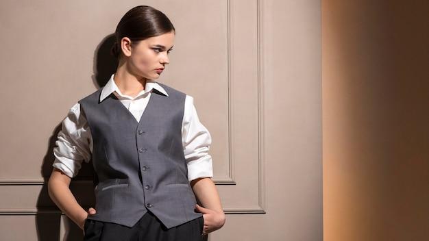 Elegantes weibliches model im eleganten jackenanzug. neues weiblichkeitskonzept