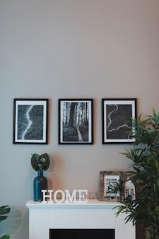 Elegantes wohnzimmer der vorderansicht mit kamin