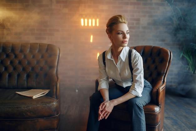 Eleganzfrau in strengen kleidern, gangsterart