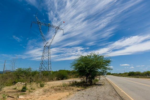 Elektrifizierungsturm in sertania, pernambuco, brasilien am 29. dezember 2020.