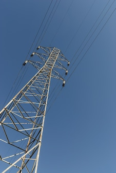 Elektrifizierungsturm mit blauem himmel.