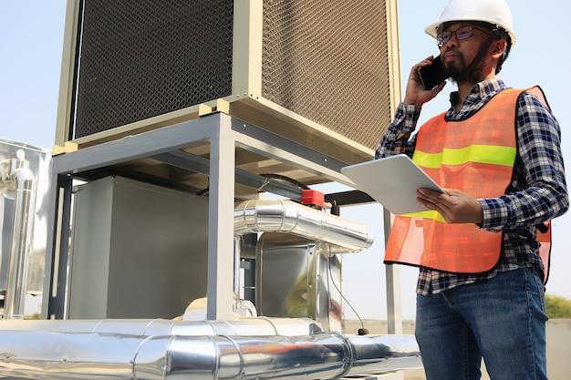 Elektriker arbeiten an der inspektion und wartung der geräte