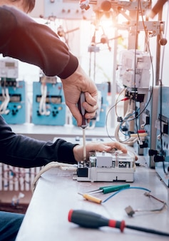 Elektriker arbeiter, der stromzähler prüft. elektrische ausrüstung.