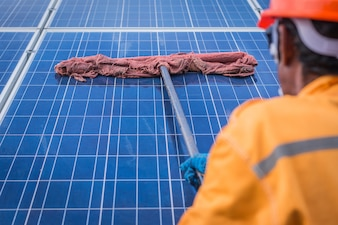 Elektriker, der an der Überprüfung und Inspektionsausrüstung mit Checkliste an der Industrie im Freien arbeitet