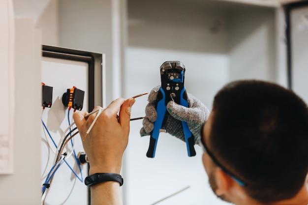 Elektriker, der an elektrischem panel arbeitet