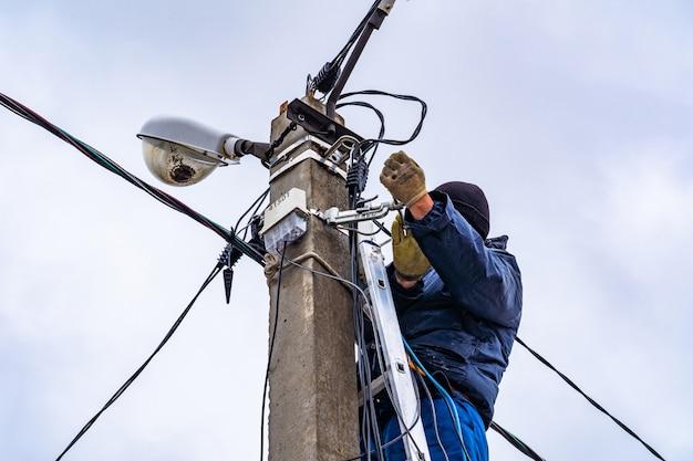 Elektriker, der installation des elektrischen netzes tut