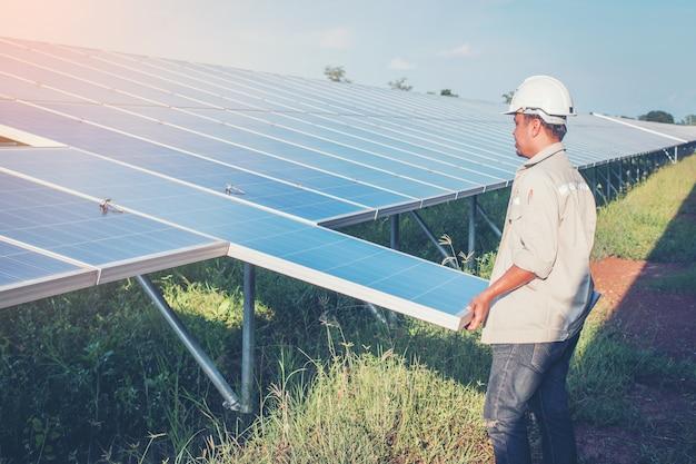 Elektriker, der solarpanel mit solarpanelspannungsabfall tauscht
