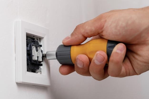 Elektriker installiert lichtschalter