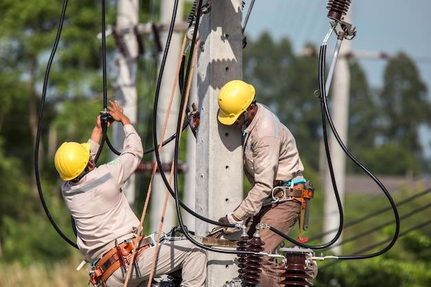 Elektriker overall arbeiten in der höhe und gefährlich