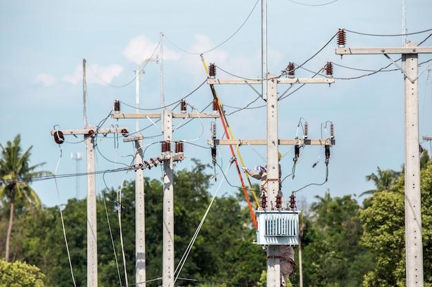 Elektriker overall in der höhe arbeiten und gefährlich