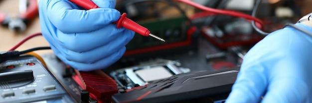 Elektriker repariert den tisch vom computer aus