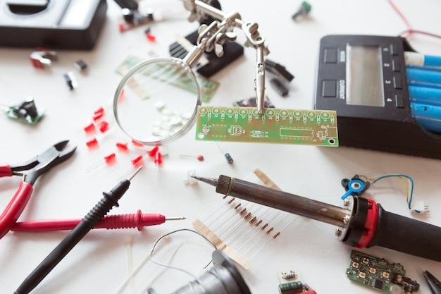Elektriker- und klempnerwerkzeuge, elektrische teile und komponenten mit zubehör, isolierter weißer hintergrund. diy, do it yourself-konzept