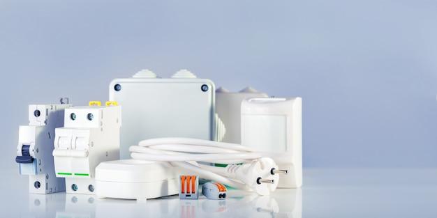 Elektrische ausrüstung mit kopierraum. verschiedene elektrische produkte im ladenregal.