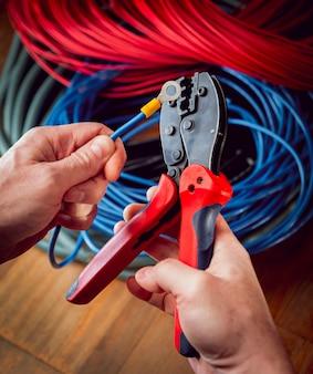 Elektrische ausrüstung. stromkabel und crimper.
