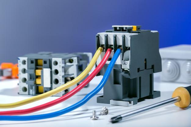 Elektrische ausrüstung zur reparatur von elektrischen anlagen. reparieren von elektrischem hintergrund.
