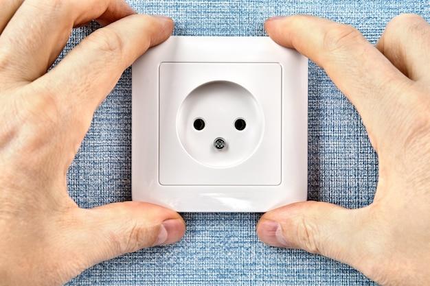 Elektrische dienstleistungen mit reparaturen, wartungen und installationen, von der beleuchtung bis zu den stromversorgungsstellen.