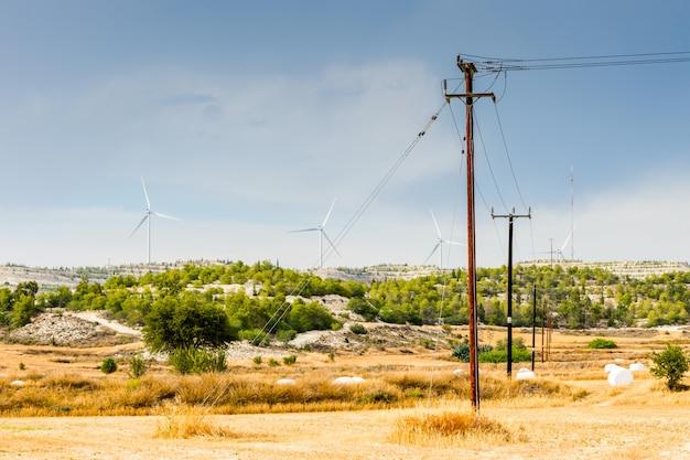 Elektrische drähte an holzmasten