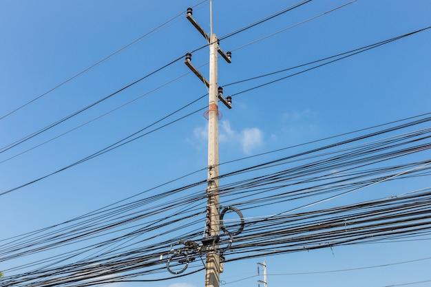 Elektrische drähte auf strommast, thailand