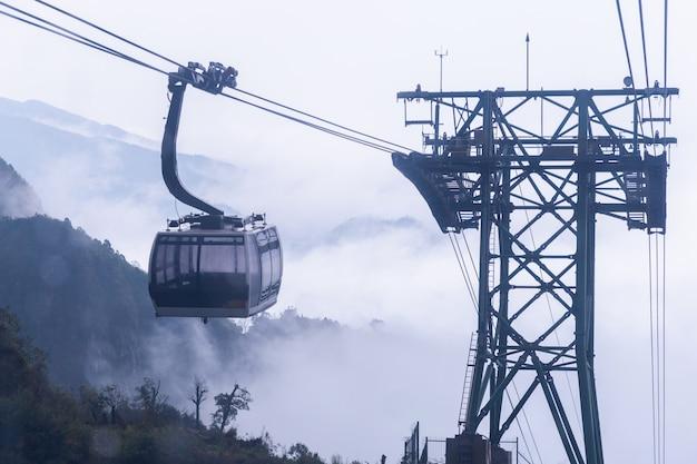 Elektrische drahtseilbahn gehen zum fansipan-berg in sapa, vietnam.