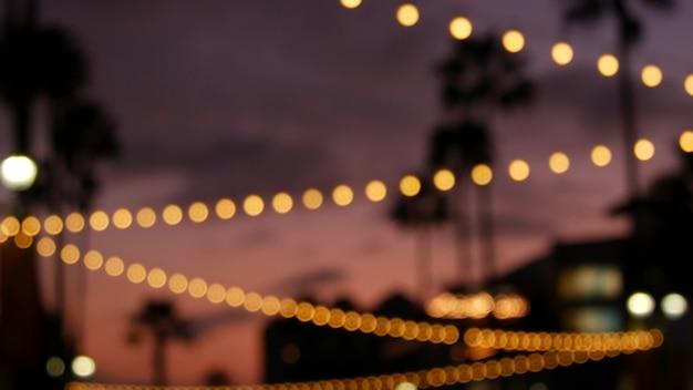 Elektrische girlande, palmen kalifornien usa. strandsonnenuntergang, küstendämmerungshimmel. lichter in los angeles.