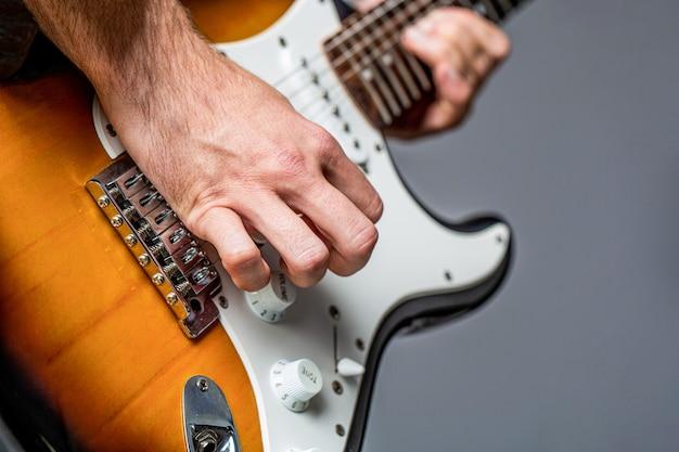 Elektrische gitarre. wiederholung der rockmusikband. musikfestival. mann spielt gitarre