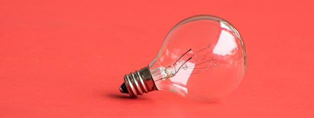 Elektrische glühbirne auf rosa