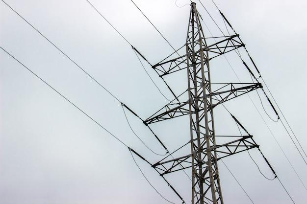 Elektrische hochspannungstürme in der linie. himmel hintergrund