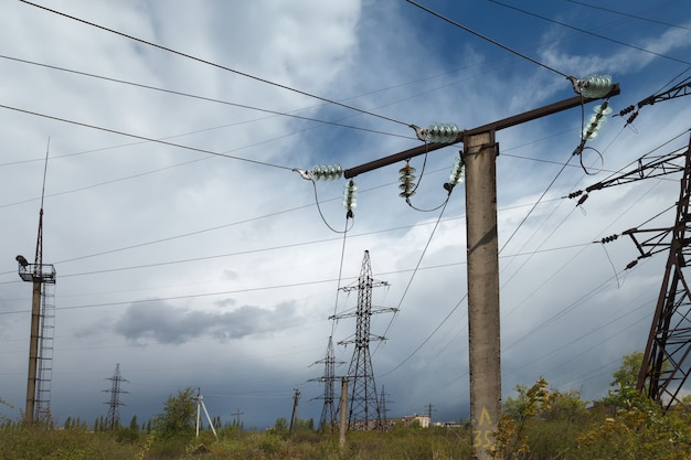 Elektrische hochspannungsübertragungsleitungen.