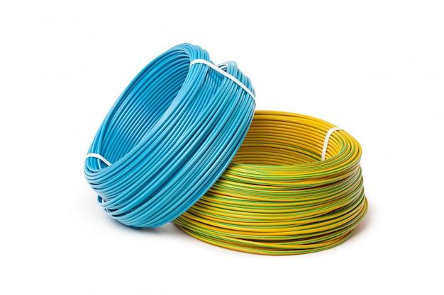 Elektrische kabel-, energie- und technologieausrüstung lokalisiert auf weiß