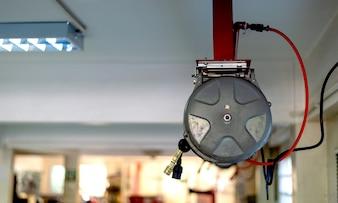 Elektrische Kompressorluftpumpe der Nahaufnahme in der Motorradgarage