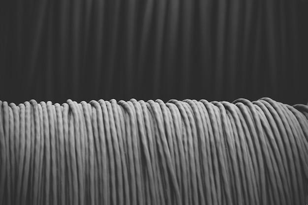 Elektrische leitung im schwarzen isolierungsabschluß oben, schwarzweiss