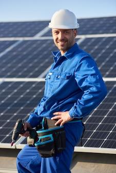 Elektrische montage solarpanel auf dach des modernen hauses