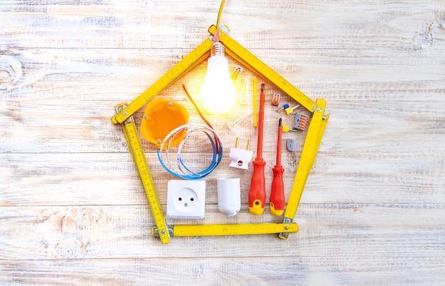 Elektrische reparaturwerkzeuge im haus. selektiver fokus. planen