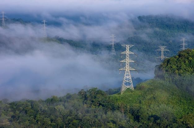 Elektrische sendemasten im nebel