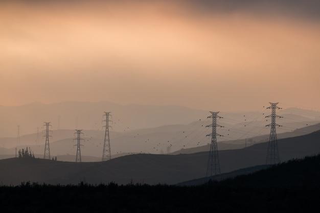 Elektrische türme im nebel