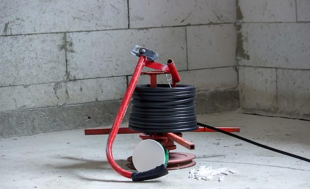Elektrische verkabelung des hauses, kabel an der wand im tor. selektiver fokus