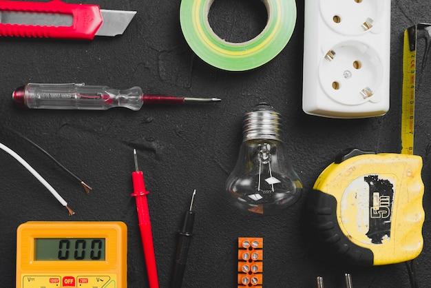 Elektrische werkzeuge auf dunkler tabelle