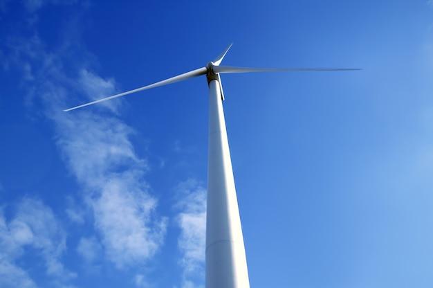 Elektrische windmühle angesehen vom boden über blauem himmel