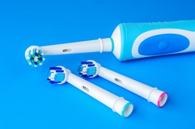 Elektrische zahnbürste auf blauem hintergrund